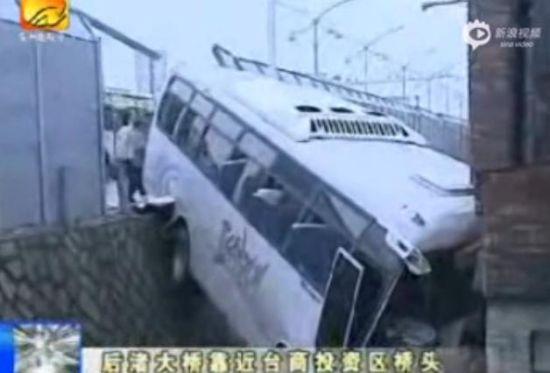 实拍大客车飞过深沟撞上民房 车身悬空