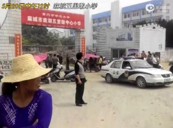 湖北一男子持刀闯入校园砍伤8名小学生