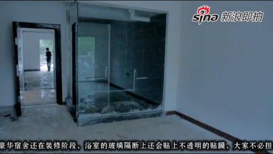 武汉高校在建公寓配置透明浴室引争议