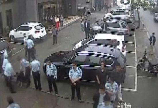 监拍湖北荆州城管围殴老人 按地拳打脚踢