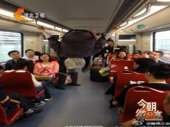 老人地铁车厢中练双杠后空翻惊呆众人