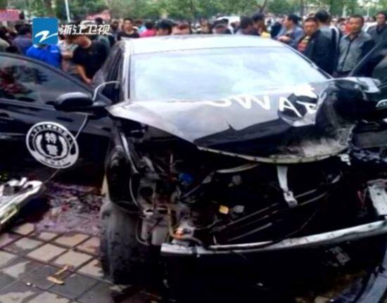 警车遭酒驾车撞击 失控撞死2名行人
