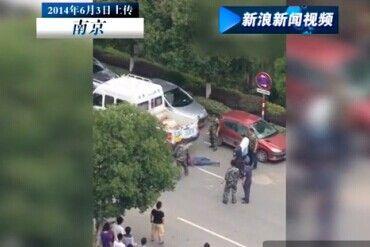 曝南京多名城管开车拖行殴打女小贩