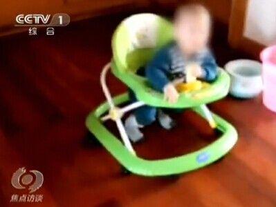 女婴坐学步车失控翻下楼梯摔成植物人