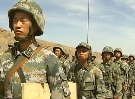 实拍解放军指挥员叫停军演 狠批步兵连
