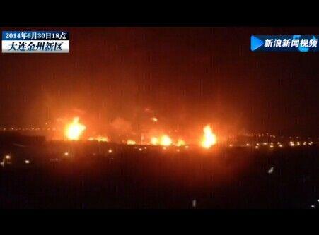 现场:大连中石油输油管道爆裂 火势凶猛