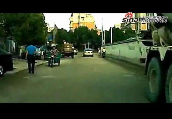 马路咸猪手骑摩托突袭过路女子臀部