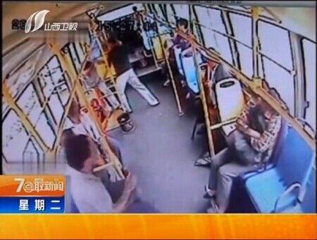 男子公交车吐瓜子 劝阻反被殴