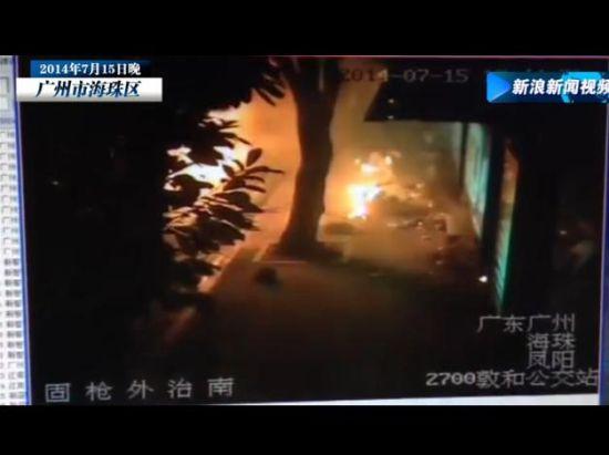 广州公交车爆燃监控曝光 乘客火中翻滚