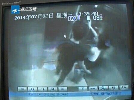 男子电梯里殴女子