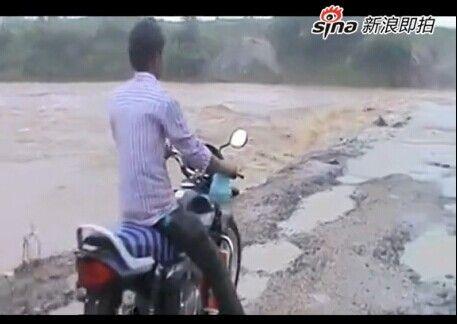 摩托男骑车过漫水桥不慎落水瞬间被冲