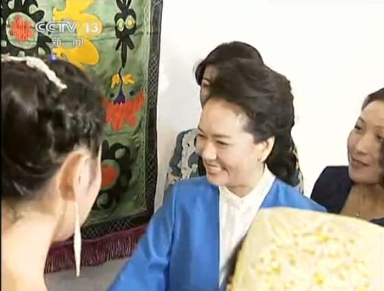 彭丽媛向塔赠中国传统乐器 亲自弹奏古筝