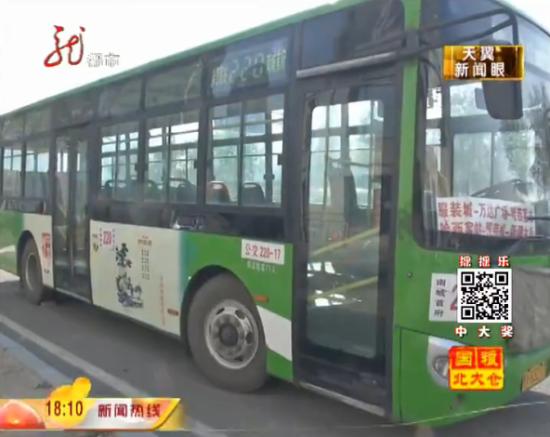 老人乘公交与司机起冲突 被锁车内一小时