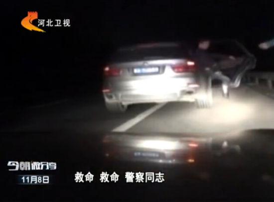 实拍交警查违法车辆 意外解救被劫持人质