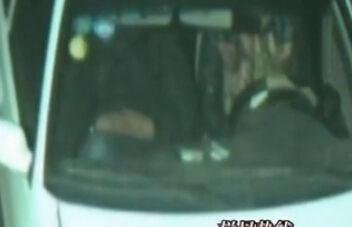两男子将单身女拉入车中抢劫轮奸被抓
