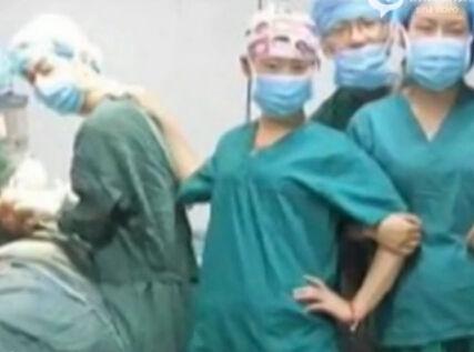 自拍医生流泪受访-手术室将搬迁拍照留念