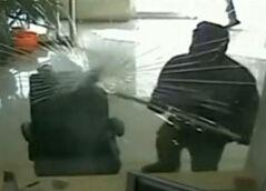 实拍蒙面歹徒持铁锤抢银行遭众人围堵