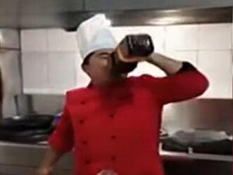 实拍厨师喝7斤酱油醋 喝完称请叫我酱油弟