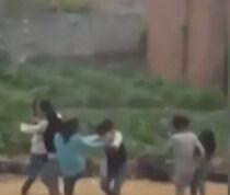 实拍初中女生两帮派打架 众多男生围观