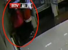监拍长腿女子抬高腿3连踹踢爆ATM机屏幕